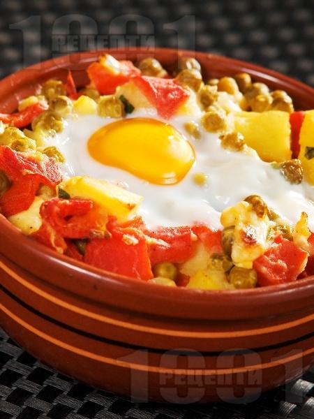 Гювече с картофи, грах от консерва, топено сирене, яйца и печени чушки - снимка на рецептата